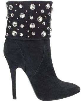 shoe with round studs
